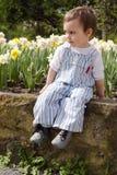 Niño en jardín de flores de la primavera. Imagen de archivo libre de regalías