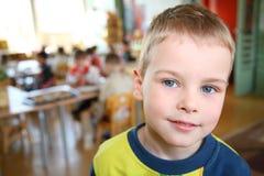 Niño en jardín de la infancia imágenes de archivo libres de regalías