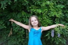 Niño en la actitud con las manos abiertas, moda del vestido del verano Fotos de archivo