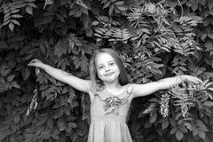 Niño en la actitud con las manos abiertas, moda del vestido del verano Foto de archivo libre de regalías