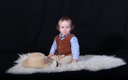 Niño en la alfombra en fondo negro fotos de archivo