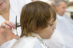 Niño en la barbería Foto de archivo