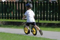 Niño en la bicicleta Foto de archivo libre de regalías