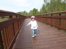 Niño en la calzada de madera Imagen de archivo libre de regalías