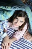 Niño en la cama Fotos de archivo libres de regalías