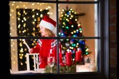 Niño en la cena de la Navidad de la familia en casa Foto de archivo