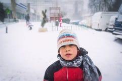Niño en la congelación del tiempo frío Imagenes de archivo