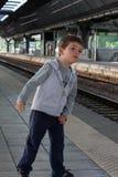 Niño en la estación de tren Fotografía de archivo libre de regalías