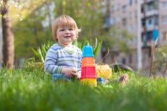 niño en la hierba Fotografía de archivo