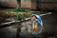 Niño en la lluvia Foto de archivo libre de regalías