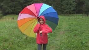 Niño en la lluvia, el jugar del niño al aire libre en paraguas de giro de la muchacha del parque en llover día fotografía de archivo libre de regalías