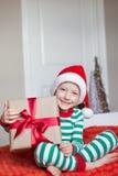 Niño en la Navidad fotografía de archivo libre de regalías