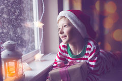 Niño en la Navidad imagen de archivo libre de regalías