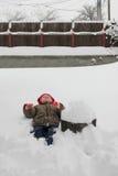 Niño en la nieve Foto de archivo libre de regalías