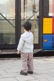 Niño en la parada de omnibus imagen de archivo libre de regalías