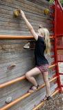Niño en la pared de la escalada. Imagenes de archivo