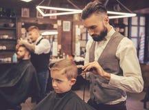 Niño en la peluquería de caballeros fotografía de archivo