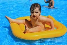 Niño en la piscina fotografía de archivo libre de regalías