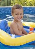 Niño en la piscina casera Fotografía de archivo