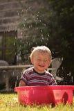 Niño en la piscina de las abuelas Foto de archivo