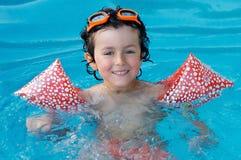 Niño en la piscina el día de fiesta Imagenes de archivo