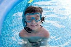 Niño en la piscina el día de fiesta Fotografía de archivo libre de regalías