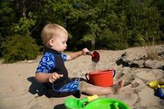Niño en la playa fotos de archivo
