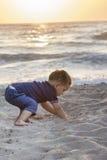Niño en la playa Fotografía de archivo