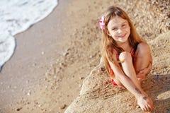 Niño en la playa en verano Imágenes de archivo libres de regalías
