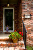 Niño en la puerta fotos de archivo