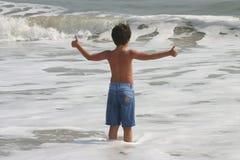 Niño en la resaca Imagen de archivo libre de regalías