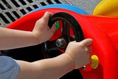 Niño en la rueda Foto de archivo