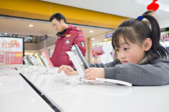 Niño en la tienda de Apple Imagen de archivo libre de regalías