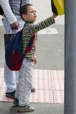Niño en la travesía de camino peatonal Foto de archivo libre de regalías
