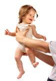 Niño en las manos en el papá. Foto de archivo