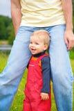 Niño en las piernas del padre fotos de archivo libres de regalías