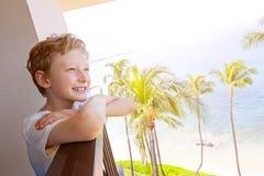 Niño en las vacaciones tropicales fotos de archivo