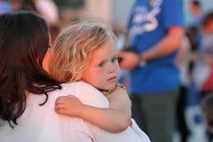 Niño en los brazos de su madre Foto de archivo libre de regalías