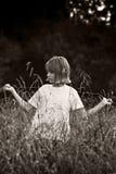 Niño en los fileds - BW Foto de archivo libre de regalías