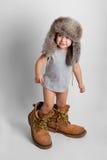 Niño en los zapatos y el sombrero del adulto Fotografía de archivo libre de regalías