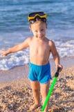 Niño en máscara del salto en la playa fotos de archivo libres de regalías