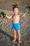 Niño en máscara del salto en la playa fotografía de archivo