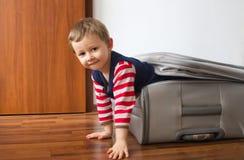 Niño en maleta Foto de archivo