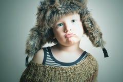Niño en muchacho divertido del invierno style.little de la piel Hat.fashion Imágenes de archivo libres de regalías