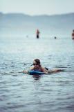 Niño en nadada de las gafas en bodyboard imágenes de archivo libres de regalías