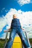 Niño en niño del patio en juego del muchacho de la acción en el equipo del ocio Foto de archivo libre de regalías