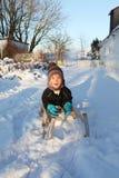 Niño en nieve del invierno del trineo o del trineo Imagen de archivo