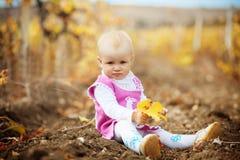 Niño en otoño Fotos de archivo