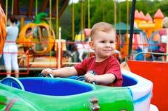 Niño en parque de atracciones Foto de archivo libre de regalías