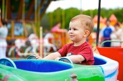 Niño en parque de atracciones Imágenes de archivo libres de regalías